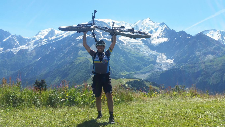 K1024_6 Nach dem letzten Berganstieg auf den Prarion hat Holger Schwichtenberg die Umrundung fast geschafft. Im Hintergrund der Mont Blanc.